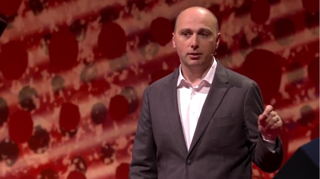 Foto van Andrew Millar tijdens zijn TED Talk